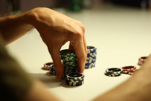 """Oubliez votre """"poker face"""" et surveillez vos bras!"""